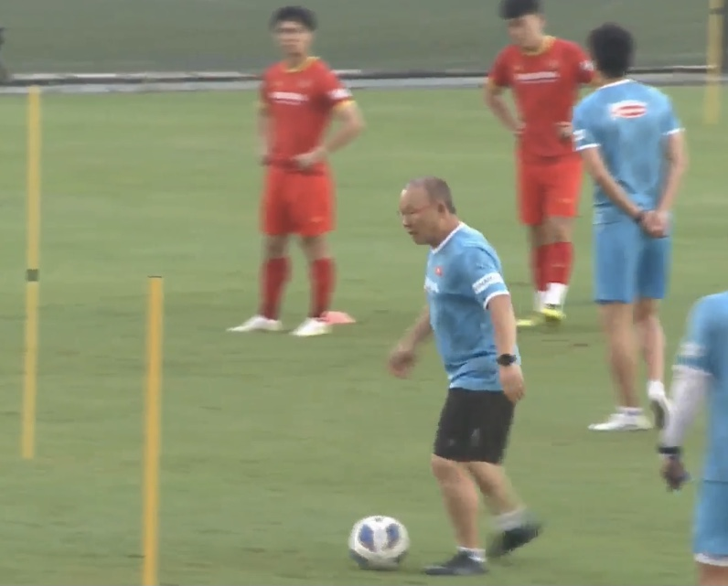 HLV Park Hang-seo trực tiếp thị phạm học trò kỹ thuật di chuyển và đỡ bóng - ảnh 3