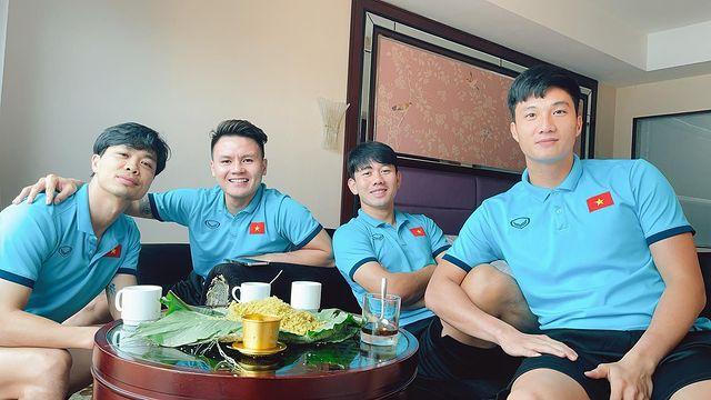 Tổ cãi cùn đội tuyển Việt Nam họp mặt bên ly cafe sáng, thưởng thức cốm khi Hà Nội vào thu - Ảnh 1.