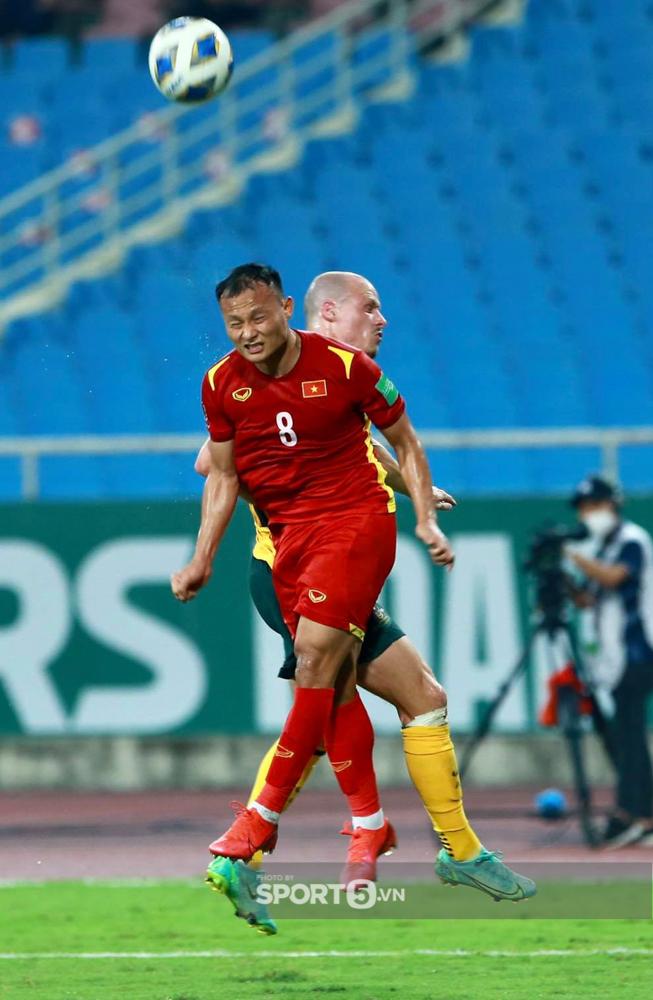Trọng Hoàng chỉ mất 8 giây để chạy từ đầu sân đến cuối sân đón đường chuyền của Quang Hải trận Việt Nam gặp Australia  - Ảnh 2.
