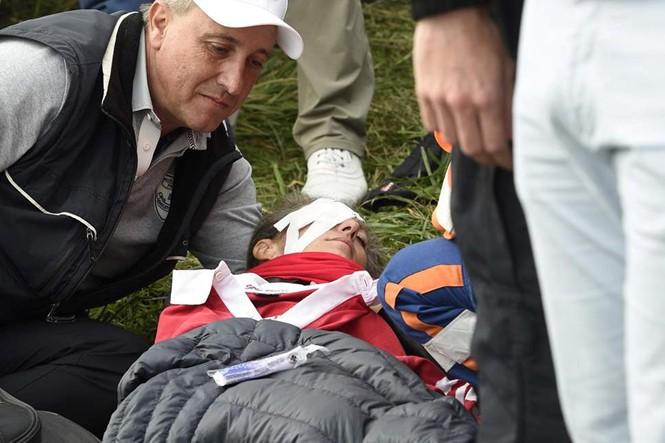 Nữ khán giả bị mù mắt sau cú đánh của tay golf người Mỹ - Ảnh 2.
