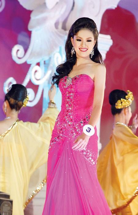 Bác sĩ của tuyển Thái Lan tại AFF Cup 2018 từng đăng quang Hoa hậu - Ảnh 4.