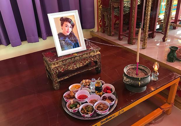 Thi hài Chủ tịch Vichai và Á hậu Thái Lan xấu số đã được đưa về quê nhà, lễ tang ông Vichai bắt đầu từ hôm nay - Ảnh 1.