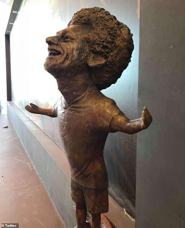 Chết cười với bức tượng xấu tệ của Salah được fan cứng người Ai Cập chế tạo - Ảnh 1.