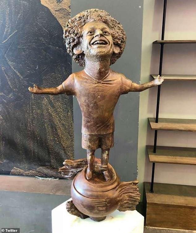 Chết cười với bức tượng xấu tệ của Salah được fan cứng người Ai Cập chế tạo - Ảnh 2.