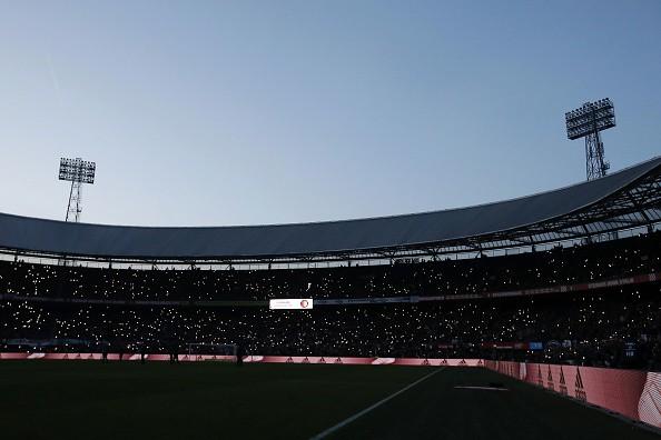Robin van Persie phải đi xin lỗi CĐV vì sự cố hi hữu trên sân nhà Feyenoord - Ảnh 1.