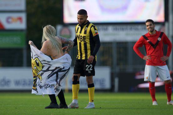 Chết cười trước cảnh fan thuê người đẹp thoát y chạy vào sân, đong đưa và khiêu khích cầu thủ đội bạn - Ảnh 3.