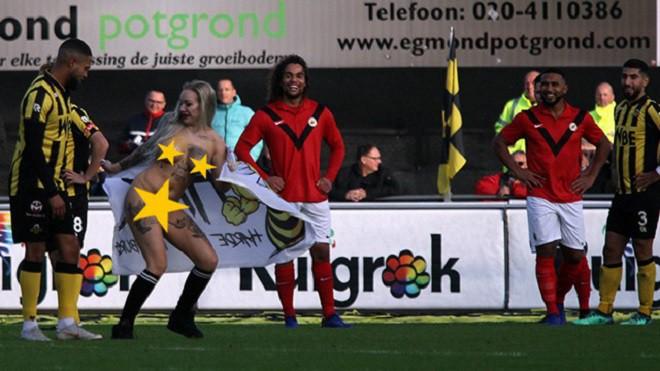 Chết cười trước cảnh fan thuê người đẹp thoát y chạy vào sân, đong đưa và khiêu khích cầu thủ đội bạn - Ảnh 7.