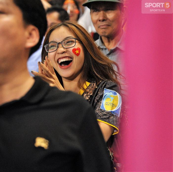 Bạn gái Quang Hải ăn mừng cực sung khi người yêu ghi bàn vào lưới Philippines - Ảnh 1.