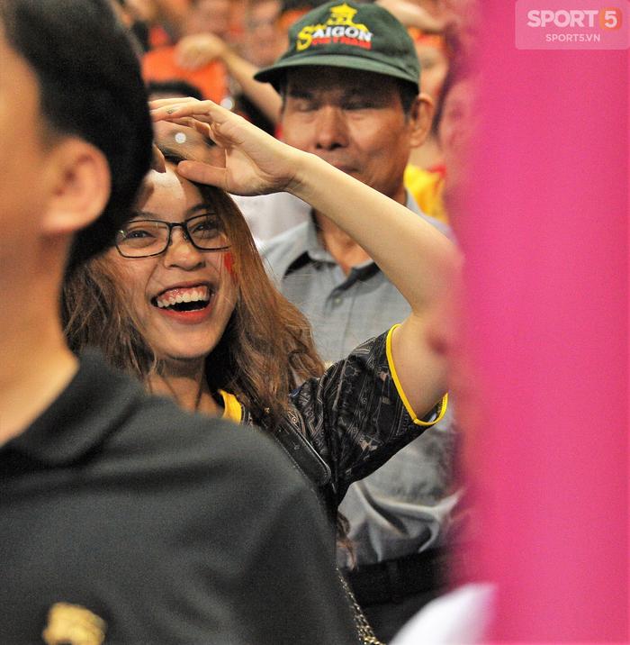 Bạn gái Quang Hải ăn mừng cực sung khi người yêu ghi bàn vào lưới Philippines - Ảnh 2.