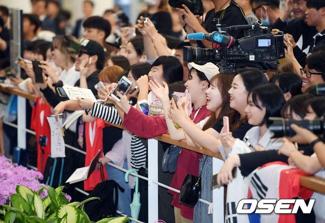 Không còn bị ném trứng thối, đội tuyển Olympic Hàn Quốc được chào đón như những người hùng ngày trở về - Ảnh 1.