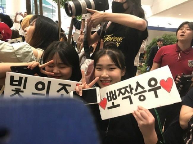 Không còn bị ném trứng thối, đội tuyển Olympic Hàn Quốc được chào đón như những người hùng ngày trở về - Ảnh 3.