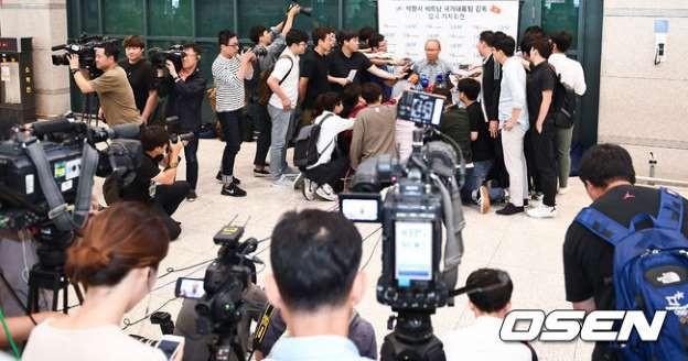 Trở về Hàn Quốc, HLV Park Hang-seo được săn đón như ngôi sao truyền hình - Ảnh 1.