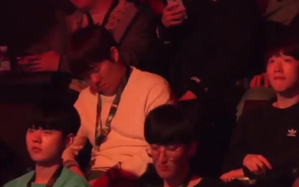 Tuyển thủ Hàn Quốc ngủ quên trong buổi lễ kỷ niệm 10 năm ra mắt LMHT