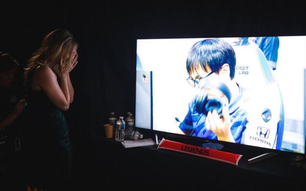Nữ MC xinh đẹp lặng lẽ khóc một mình sau thất bại của G2 Esports
