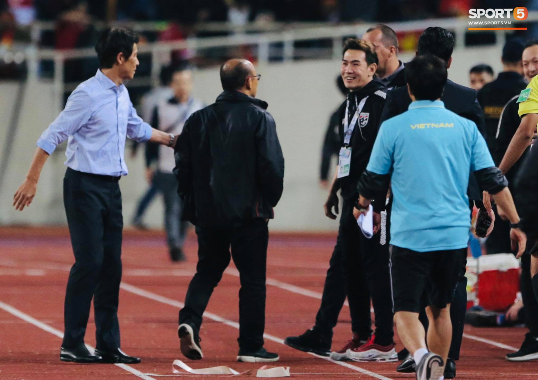 Trợ lý tuyển Thái Lan cà khịa khiến HLV Park Hang-seo nổi giận sau trận đại chiến trên sân Mỹ Đình - Ảnh 5.
