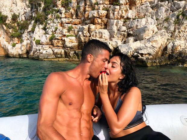 Báo Ý đồng loạt đưa tin sốc về Ronaldo và Georgina, khẳng định cặp đôi trời sinh đã bí mật làm đám cưới - Ảnh 1.
