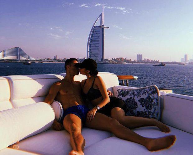 Báo Ý đồng loạt đưa tin sốc về Ronaldo và Georgina, khẳng định cặp đôi trời sinh đã bí mật làm đám cưới - Ảnh 2.