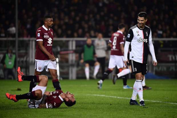 Bị Ronaldo chạm yêu, cầu thủ Ý bù lu bù loa, ăn vạ như thể vừa dính đòn chí mạng - Ảnh 2.