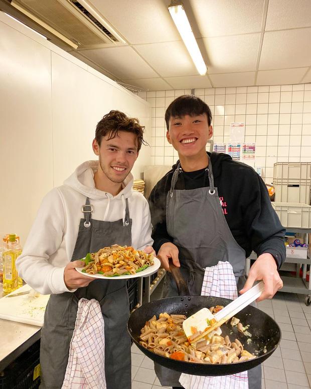 Đoàn Văn Hậu hóa đầu bếp tại Hà Lan, Văn Lâm nhanh chóng nhận làm học trò của em út tuyển Việt Nam - Ảnh 1.