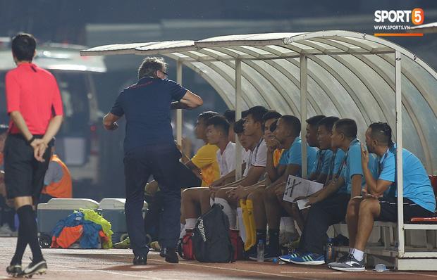 U19 Việt Nam thắng dễ U19 Guam 4-1, phù thủy trắng vẫn nổi điên trong ca-bin đội nhà - Ảnh 7.