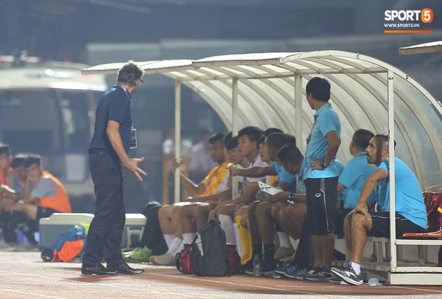 U19 Việt Nam thắng dễ U19 Guam 4-1, phù thủy trắng vẫn nổi điên trong ca-bin đội nhà - Ảnh 8.