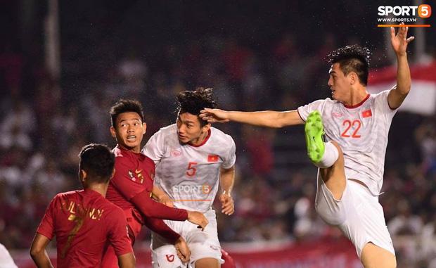 Va chạm mạnh với Văn Hậu, sao U22 Indonesia phải ngồi xe lăn ra nhận huy chương bạc - Ảnh 6.