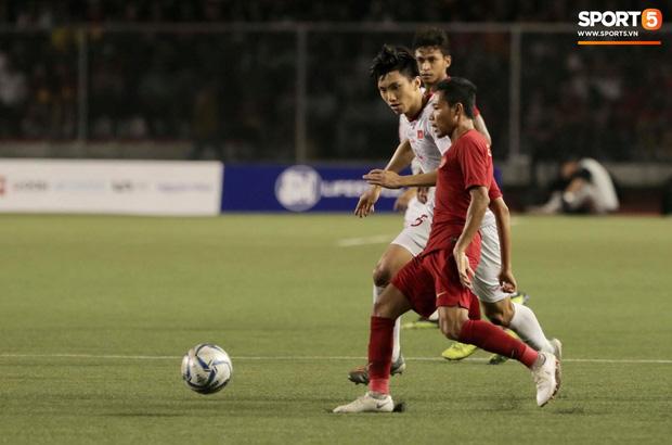 Va chạm mạnh với Văn Hậu, sao U22 Indonesia phải ngồi xe lăn ra nhận huy chương bạc - Ảnh 1.