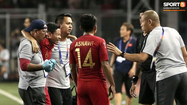 Va chạm mạnh với Văn Hậu, sao U22 Indonesia phải ngồi xe lăn ra nhận huy chương bạc - Ảnh 4.