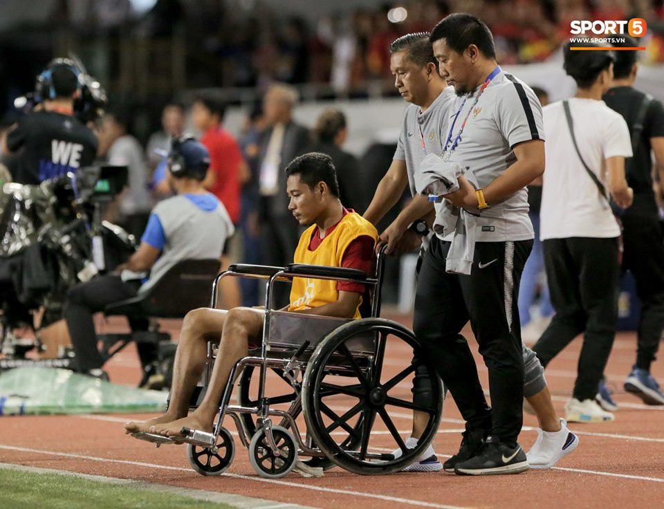 Va chạm mạnh với Văn Hậu, sao U22 Indonesia phải ngồi xe lăn ra nhận huy chương bạc - Ảnh 5.