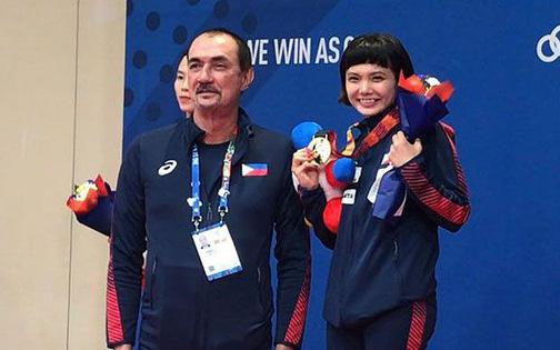 Giành vàng SEA Games nhưng nữ võ sĩ karatedo Philippines giàn giụa nước mắt tố HLV trưởng không thèm quan tâm