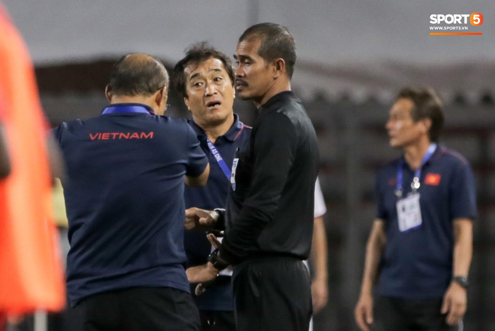 Khoảnh khắc không có trên tivi: HLV Park Hang-seo tung ánh mắt hình viên đạn về phía trọng tài chính sau trận thắng của Việt Nam - Ảnh 6.