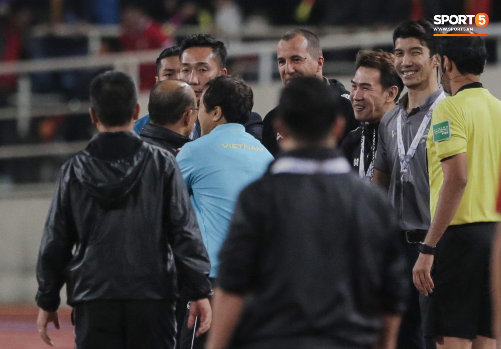 Nghiệp quật cực đau: Vị trợ lý HLV Thái từng cà khịa chiều cao HLV Park giờ đã phải ôm đầu cay đắng vì đội nhà không được trọng tài thương - Ảnh 7.