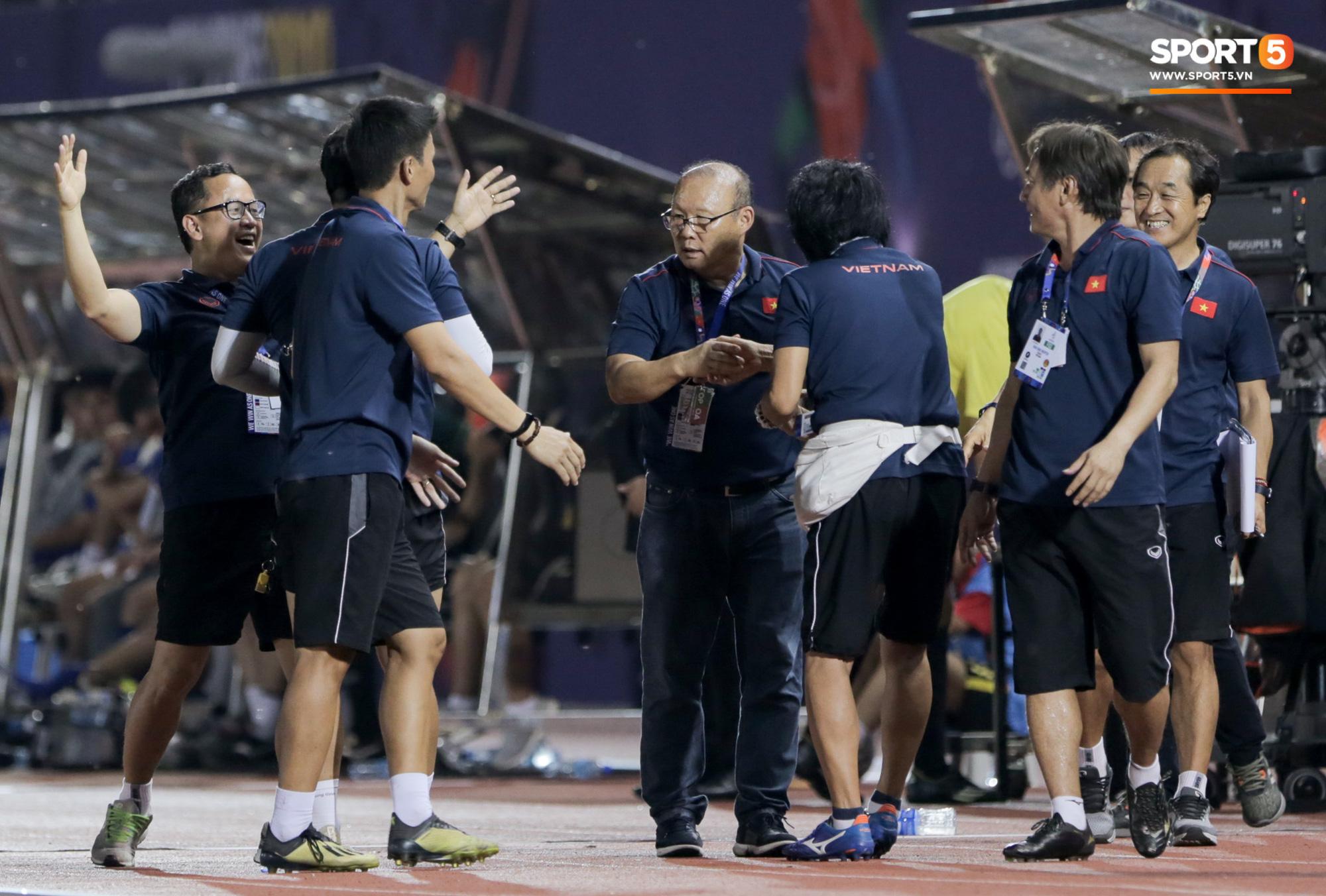 HLV U22 Thái Lan chủ động sang bắt tay thầy Park, hẹn phân thắng bại ở trận tiếp theo sau 3 lần toàn hoà - Ảnh 8.