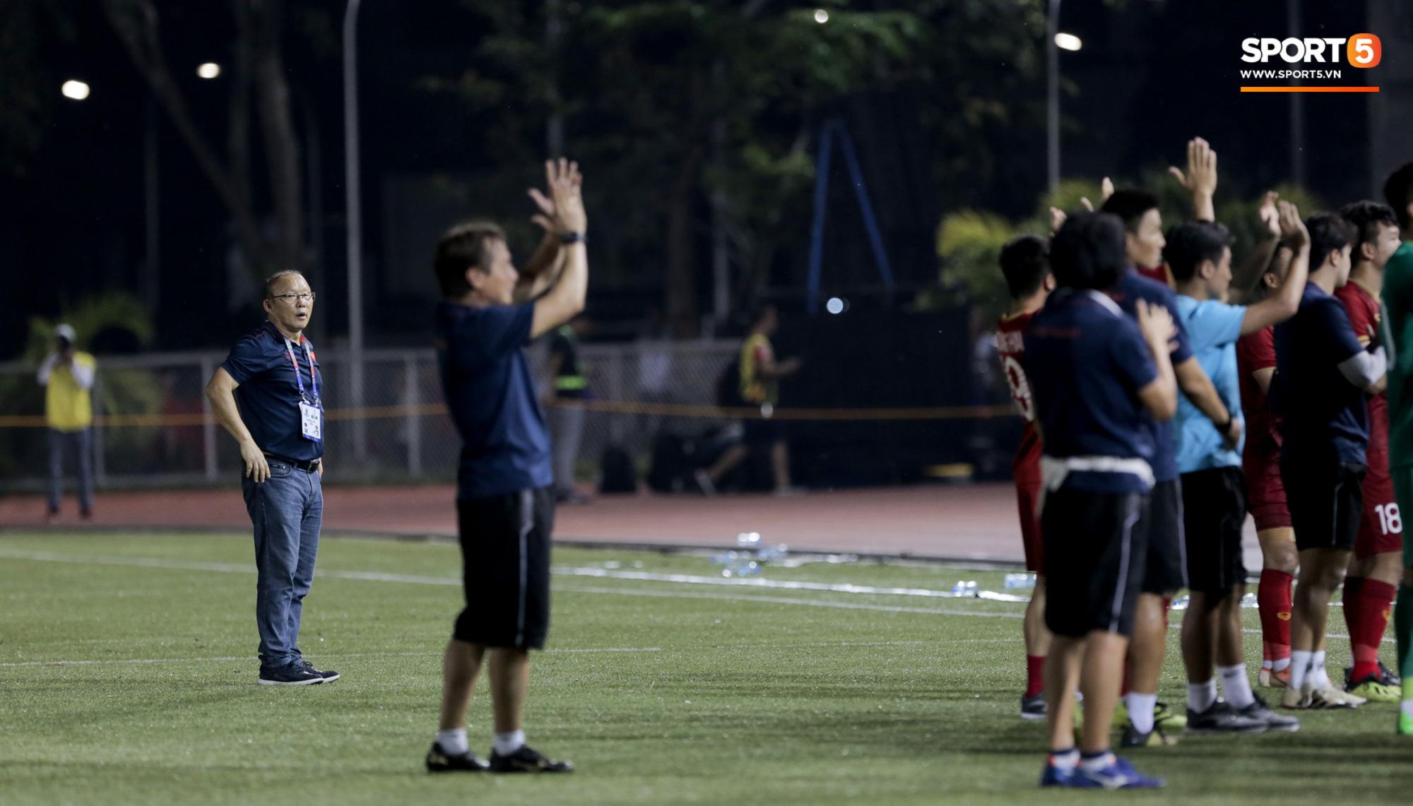 HLV Park Hang-seo mệt mỏi, lặng lẽ đứng từ xa nhìn học trò cảm ơn CĐV sau trận đấu khó nhất SEA Games 30 - Ảnh 2.