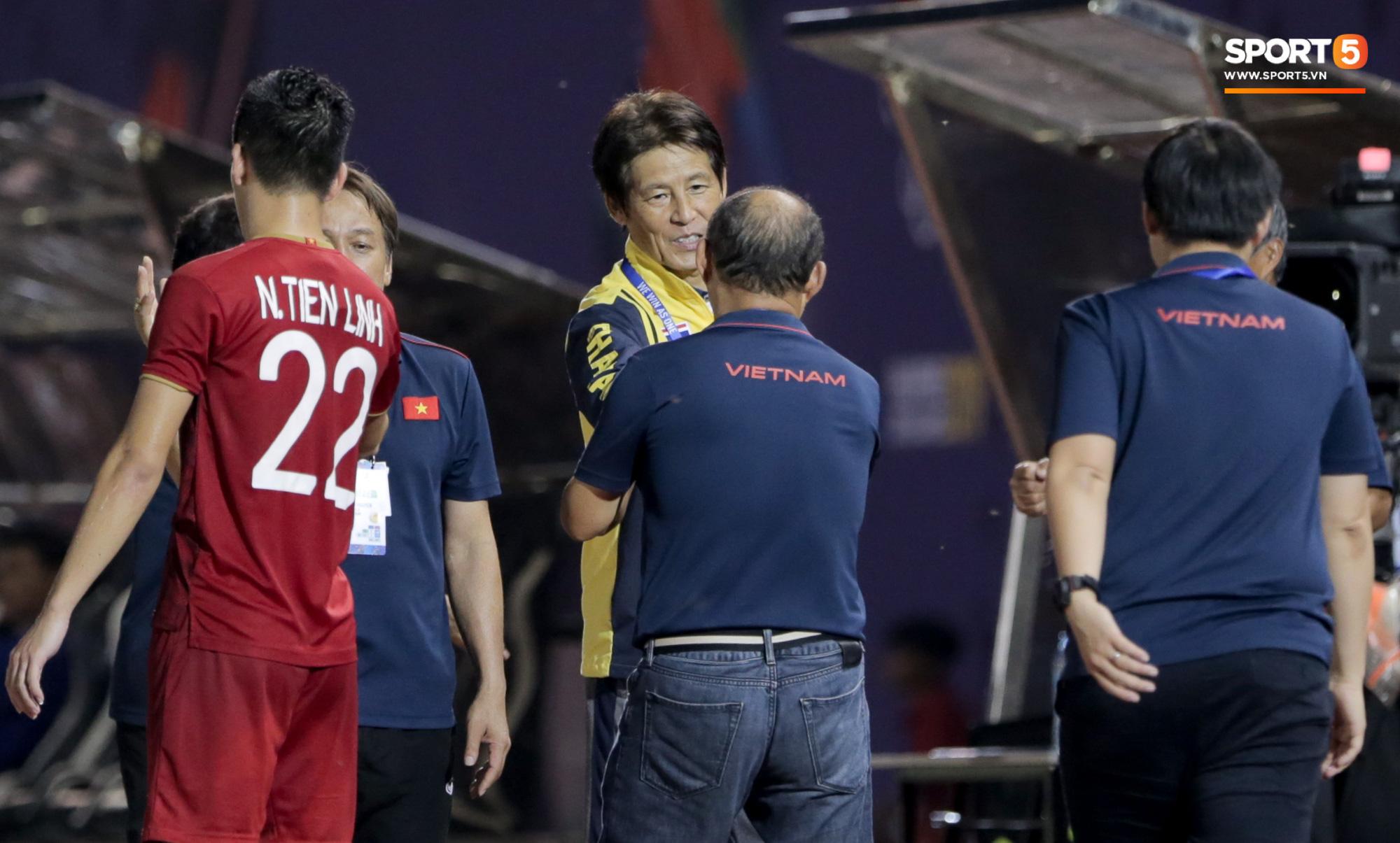 HLV U22 Thái Lan chủ động sang bắt tay thầy Park, hẹn phân thắng bại ở trận tiếp theo sau 3 lần toàn hoà - Ảnh 1.