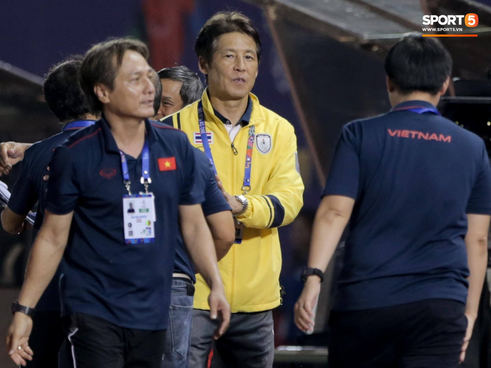 HLV U22 Thái Lan chủ động sang bắt tay thầy Park, hẹn phân thắng bại ở trận tiếp theo sau 3 lần toàn hoà - Ảnh 2.