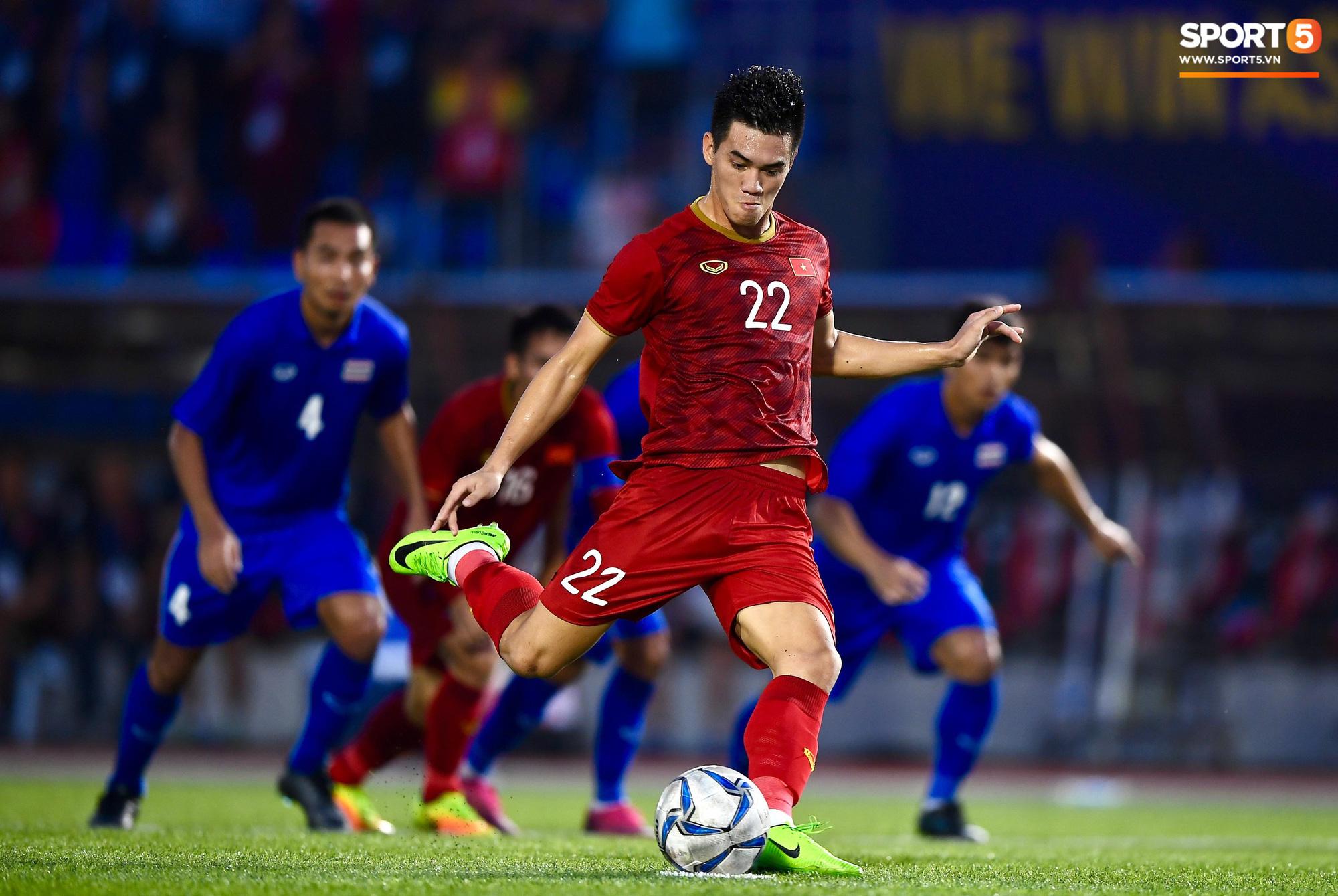 Quang Hải cắn răng, đứng ngồi không yên trước khi vỡ òa với cú sút penalty của Tiến Linh - Ảnh 2.