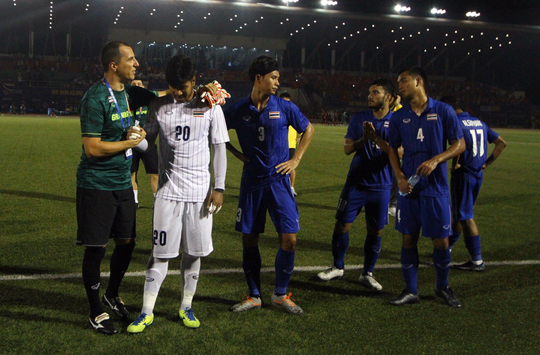 Bị Việt Nam cho về nhà sớm, cầu thủ Thái Lan suy sụp, thất thần, xấu hổ đến mức không dám nhìn các cổ động viên - Ảnh 9.