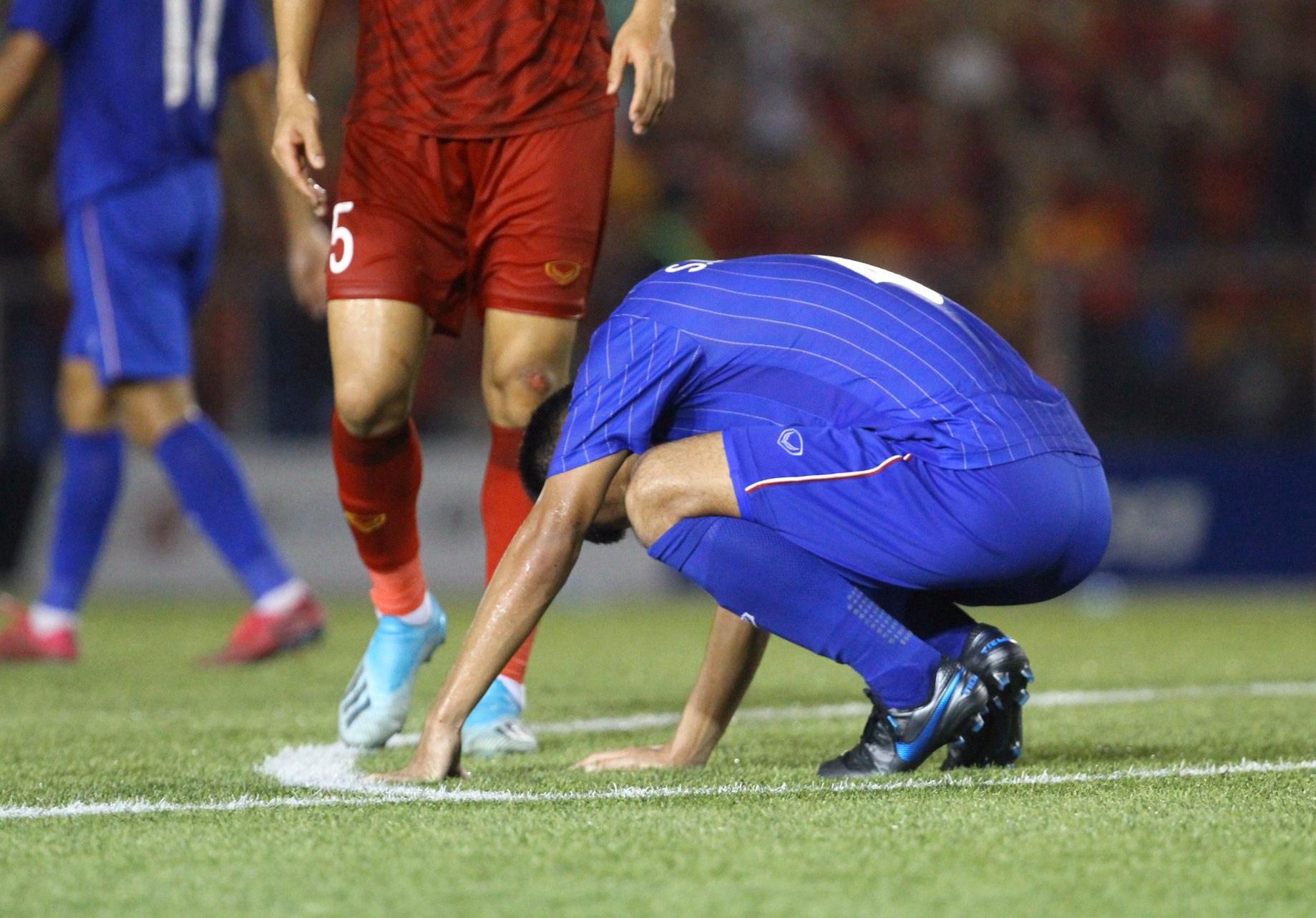 Bị Việt Nam cho về nhà sớm, cầu thủ Thái Lan suy sụp, thất thần, xấu hổ đến mức không dám nhìn các cổ động viên - Ảnh 1.