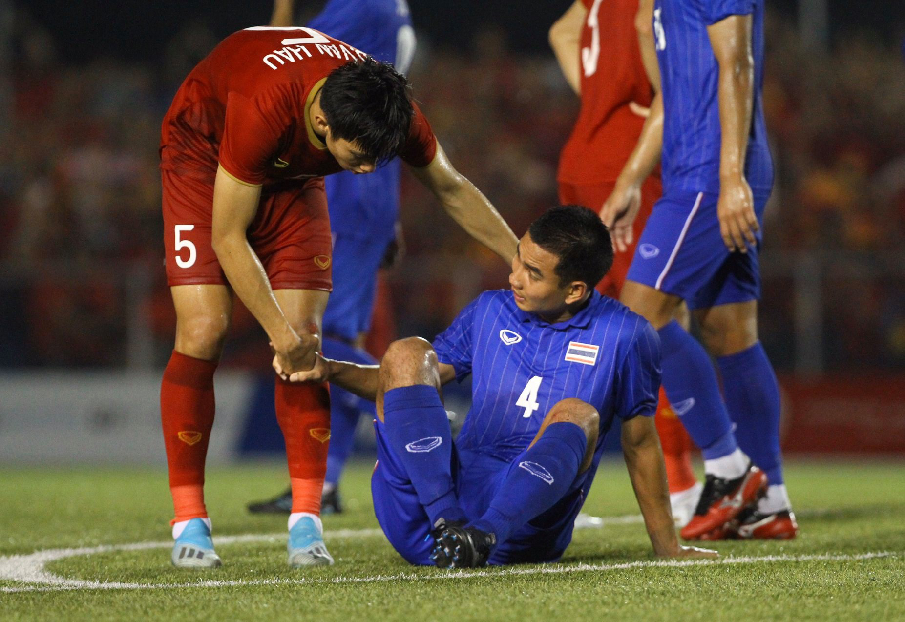 Bị Việt Nam cho về nhà sớm, cầu thủ Thái Lan suy sụp, thất thần, xấu hổ đến mức không dám nhìn các cổ động viên - Ảnh 2.