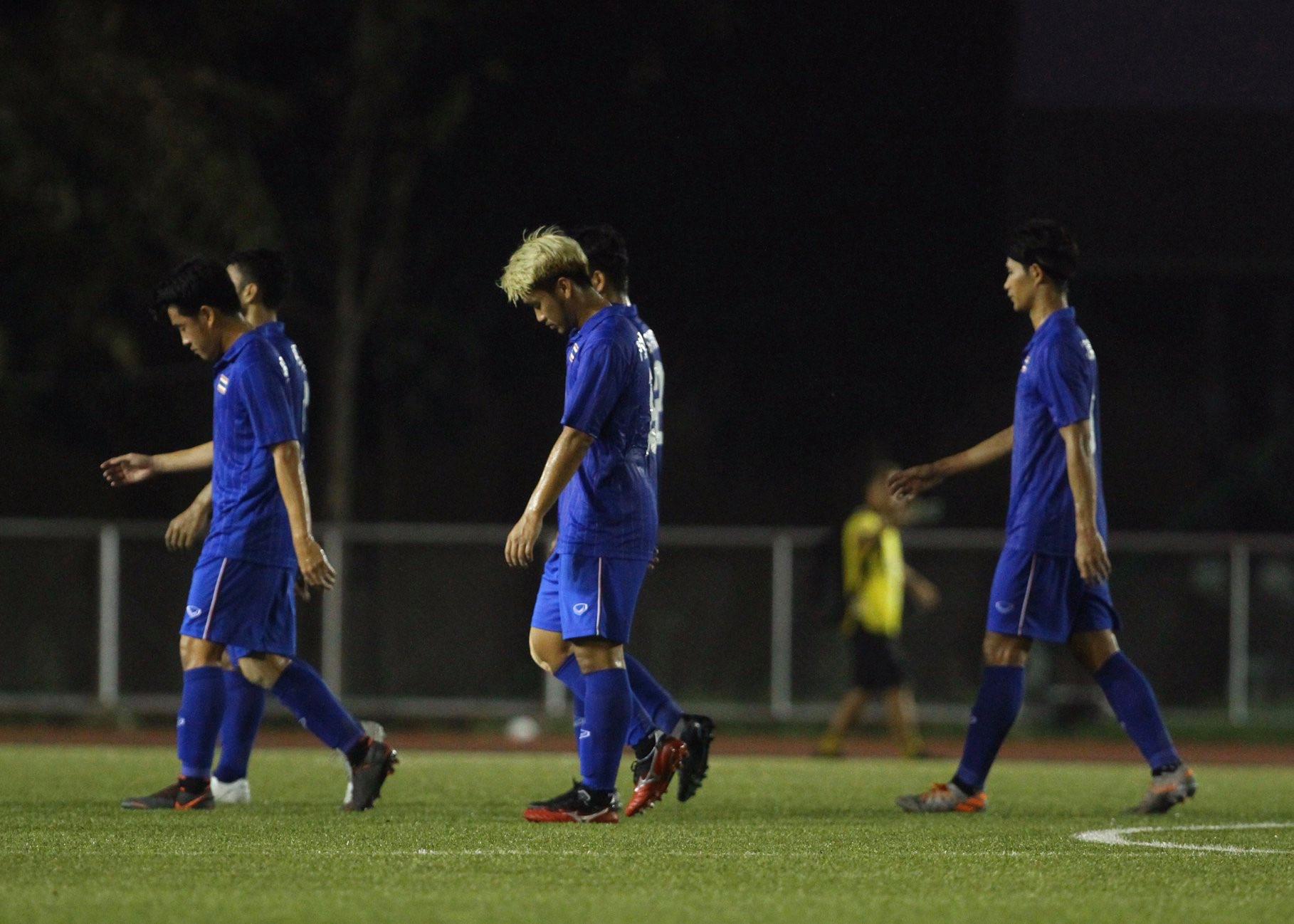 Bị Việt Nam cho về nhà sớm, cầu thủ Thái Lan suy sụp, thất thần, xấu hổ đến mức không dám nhìn các cổ động viên - Ảnh 5.