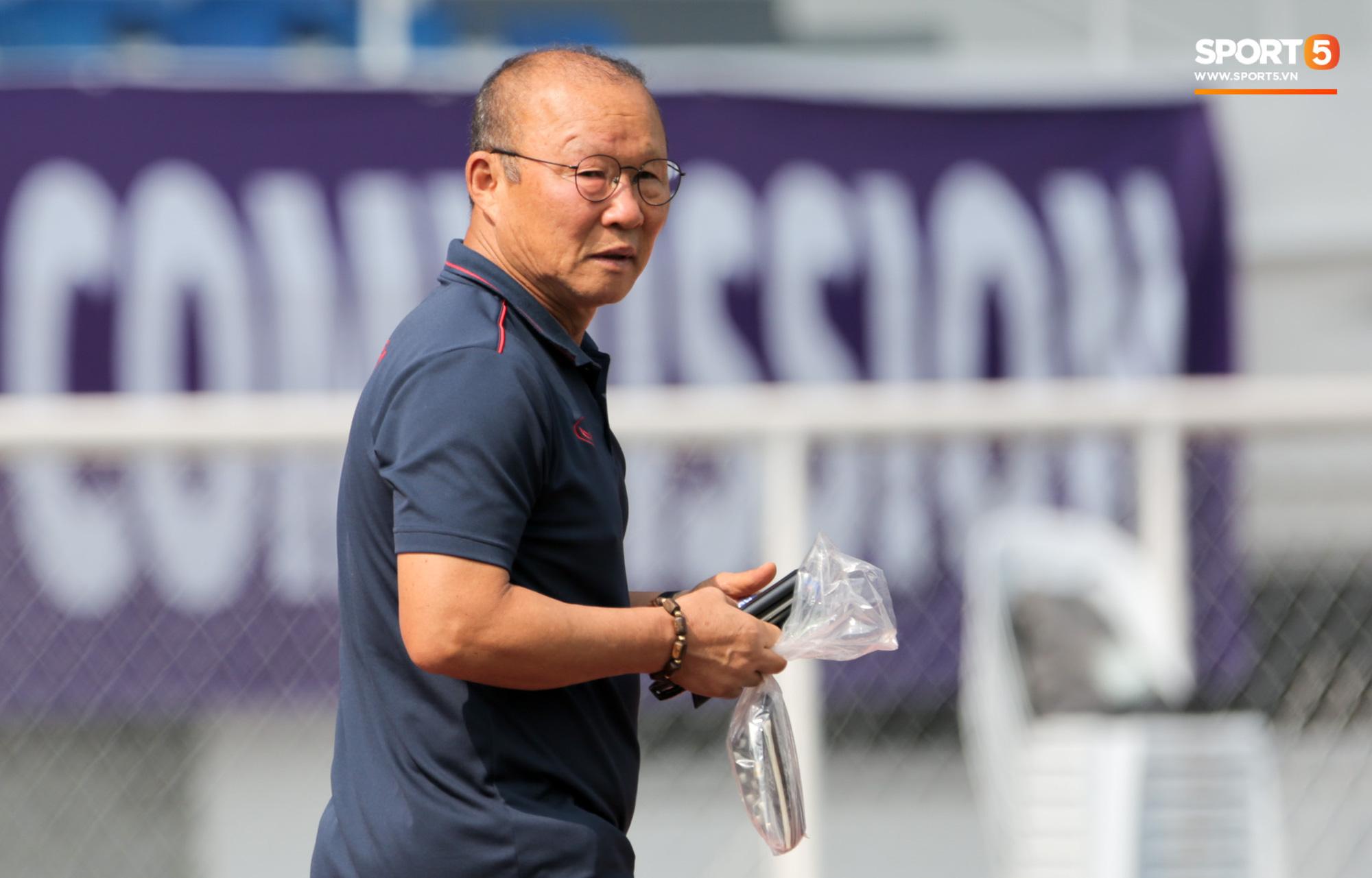 Chuyện giờ mới kể: HLV Park Hang-seo suýt bị cách ly ở U22 Việt Nam trước trận gặp Campuchia - Ảnh 2.
