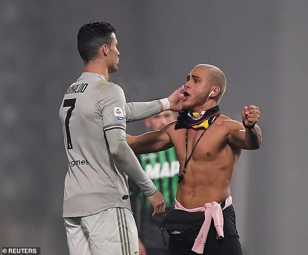 Cổ động viên quá khích nhảy xuống sân, trong ngày Ronaldo rực sáng - Ảnh 2.