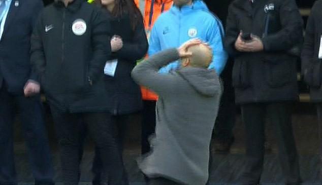 Bỏ lỡ cơ hội ngon ăn một cách khó tin, Aguero nhận một lạy từ HLV Pep Guardiola - Ảnh 2.