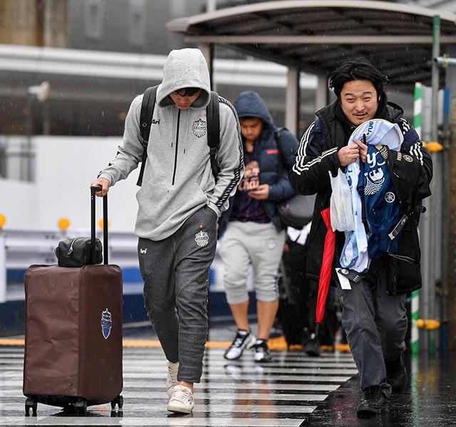 Xuân Trường co ro vì lạnh, đội mũ trùm kín mít, cúi đầu bước đi trong cơn mưa buốt giá ở Nhật Bản - Ảnh 3.