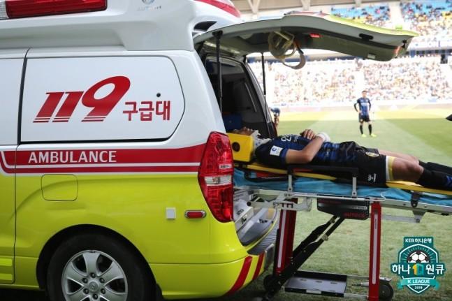 Đồng đội của Công Phượng gặp chấn thương cổ kinh hoàng, lập tức bất tỉnh và phải chuyển khẩn cấp tới bệnh viện - Ảnh 3.
