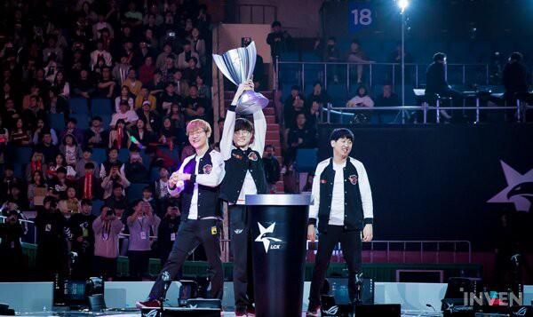 Chùm ảnh SKT lên ngôi vô địch, hạnh phúc nâng cao chiếc cúp LCK mới - Ảnh 8.