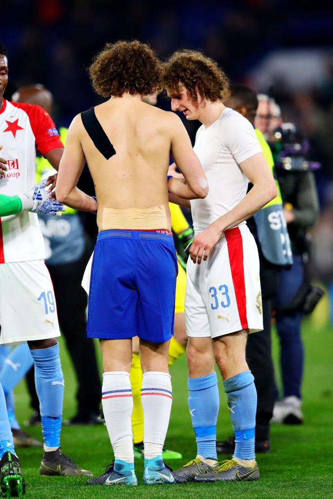 Hài hước hình ảnh David Luiz giả ra chúc mừng David Luiz thật sau chiến thắng của Chelsea tại Europa League - Ảnh 3.