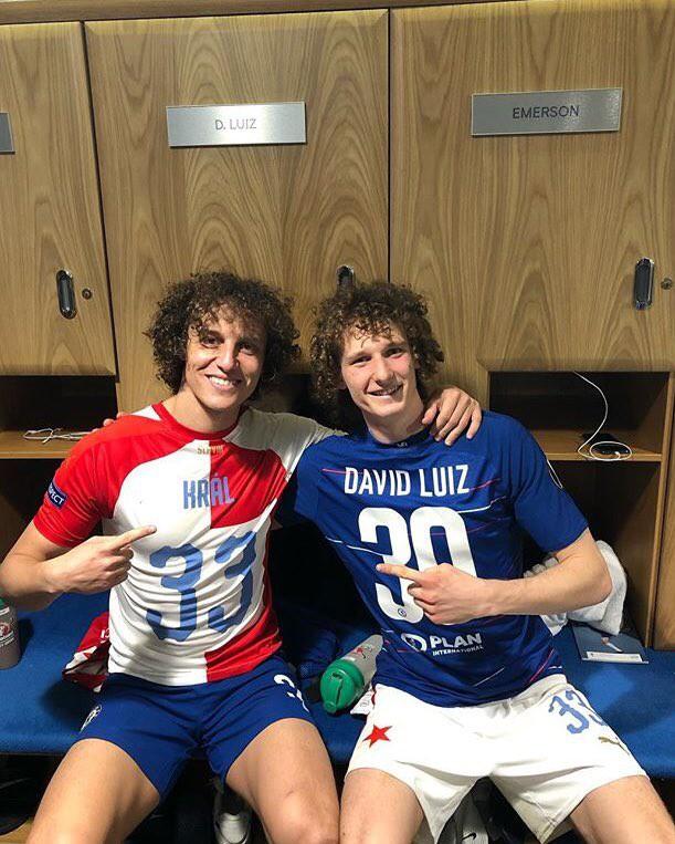 Hài hước hình ảnh David Luiz giả ra chúc mừng David Luiz thật sau chiến thắng của Chelsea tại Europa League - Ảnh 4.