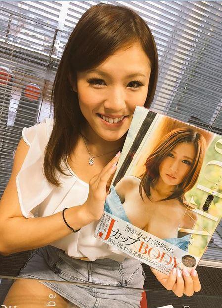 Akane Katahira và câu chuyện của một nữ tuyển thủ bơi lội quốc gia chuyển sang làm diễn viên phim người lớn vì sở hữu bộ ngực quá khổ - Ảnh 3.